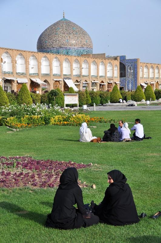 01.Esfahan - posedieť si na Emámovom námestí patrí k obľúbeným činnostiam