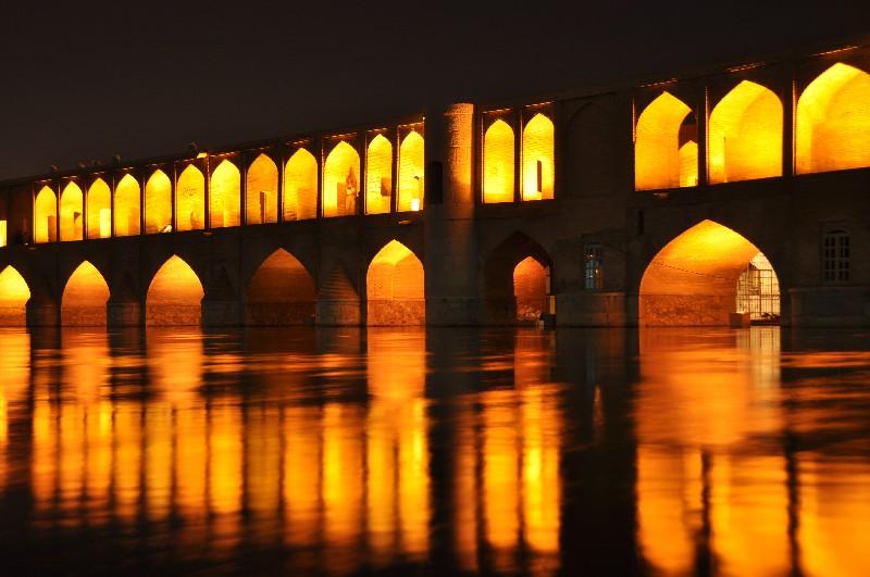 07.Esfahan - v noci most Si-o-Seh Pol nádherne svieti