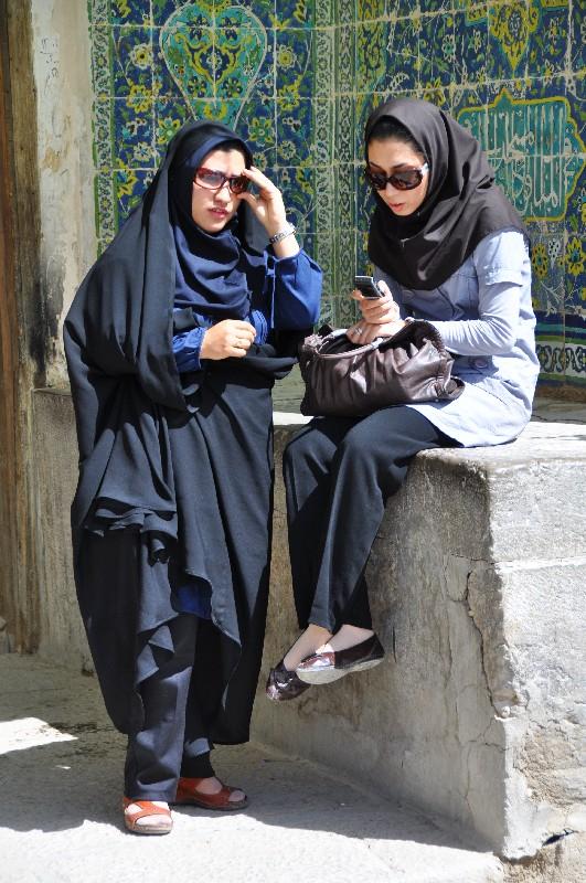 10.Esfahan - Iránky čakajú pred mešitou
