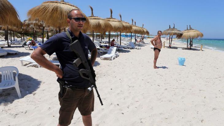 Tohtoročný obraz Tuniska – prázdne pláže, na ktorých trávia dni ozbrojení hoteloví zamestnanci a policajné hliadky. Od útoku v Súse sa dbá na bezpečnosť cudzincov viac, než predtým.